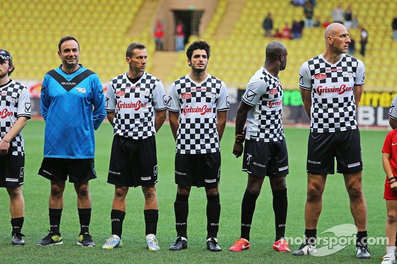 Carlos Sainz Jr. Scuderia Toro Rosso di pertandingan amal sepak bola