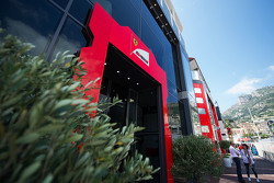 Ferrari-Motorhome im Fahrerlager