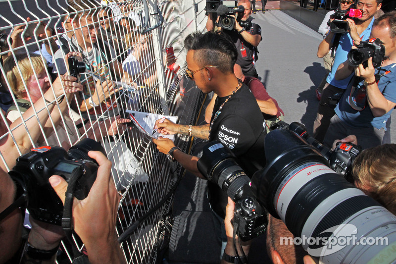 Lewis Hamilton, Mercedes AMG F1 schreibt Autogramme für die Fans