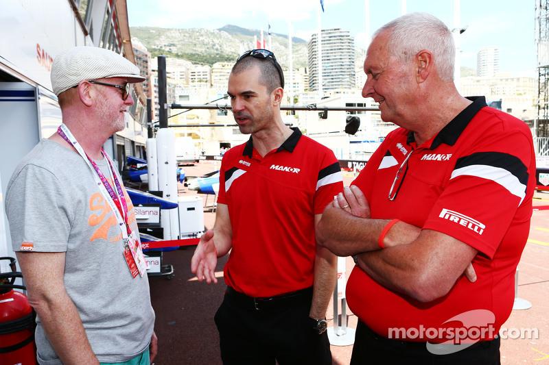 (Von links nach rechts): Chris Evans mit Marc Hynes, Fahrertrainer bei Manor F1 Team, und Teamchef John Booth