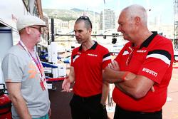(L to R): Кріс Еванс, диктор з Марк Хайнс, Manor F1 Коуч команди пілотів та Джон Бут, Manor F1 Team Керівник команди