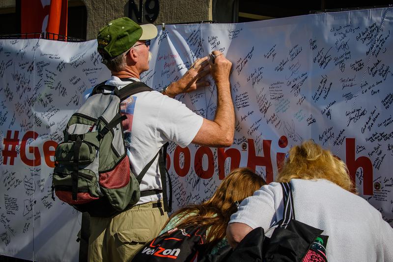Fans unterschreiben ein Plakat mit der Aufschrift #GetWellHinch