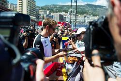Дженсон Баттон, McLaren роздає автографи фанатам