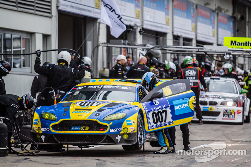 Pit stop untuk  #7 Aston Martin Racing Aston Martin Vantage GT3: Stefan Mücke, Darren Turner, Pedro Lamy, Richie Stanaway