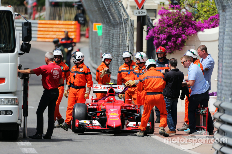 Kimi Raikkonen, Ferrari SF15-T crashed di third practice session