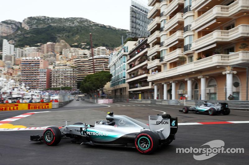 Nico Rosberg, Mercedes AMG F1 W06 as rekan setim Lewis Hamilton, Mercedes AMG F1 W06 runs wide