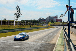 Ricardo Baptista recebe bandeirada em cascavel pela Porshe GT3 Cup