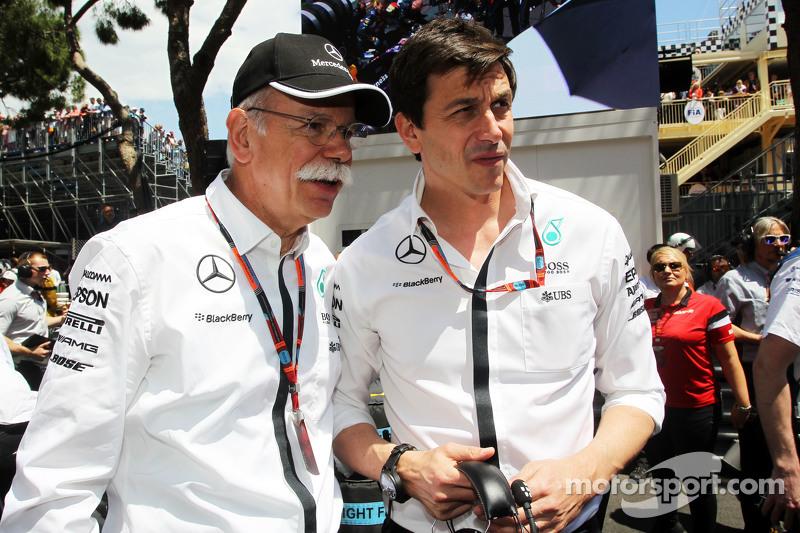 (Von links nach rechts): Dr. Dieter Zetsche, Geschäftsführer Daimler AG, mit Toto Wolff, Mercedes-Sportchef, in der Startaufstellung