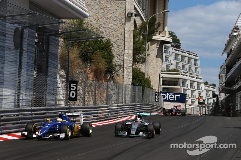 Marcus Ericsson, Sauber F1 Team, und Lewis Hamilton, Mercedes AMG F1 W06