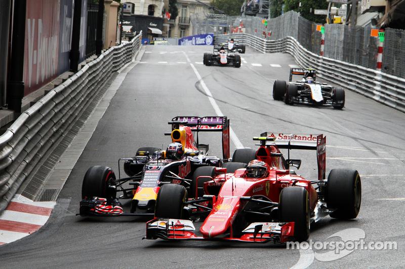 Kimi Räikkönen, Ferrari SF15-T, und Daniel Ricciardo, Red Bull Racing RB11, im Zweikampf