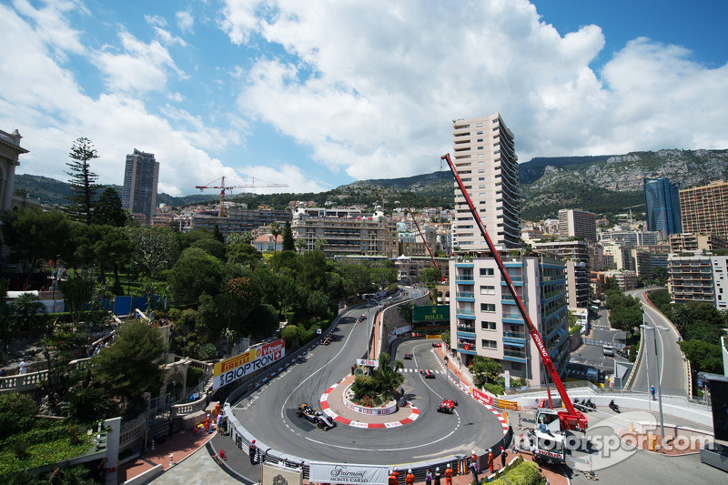 Lewis Hamilton, Mercedes AMG F1 W06 memimpin Nico Rosberg, Mercedes AMG F1 W06, dan Sebastian Vettel, Ferrari SF15-T
