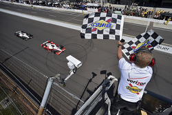 Juan Pablo Montoya, Team Penske Chevrolet beats Will Power, Team Penske Chevrolet to the line