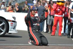 Победитель гонки Хуан-Пабло Монтойя, Team Penske Chevrolet празднует