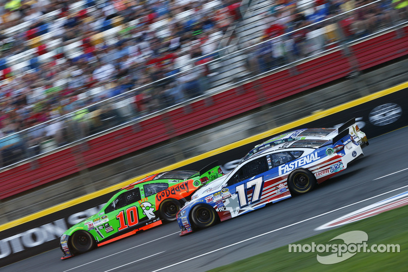 Danica Patrick, Stewart-Haas Racing Chevrolet dan Ricky Stenhouse Jr., Roush Fenway Racing Ford