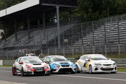 Джанни Морбиделли, Honda, Стефано Комини, SEAT, и Оскар Ногес, Opel
