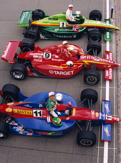 La primera línea Greg Ray, Team Menard, Juan Pablo Montoya, Chip Ganassi Racing, y Eliseo Salazar, A.J. Foyt Enterprises