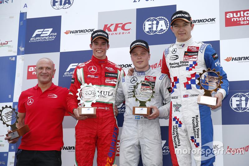 Podium 1. Rennen: 2. Mikkel Jensen, Mücke Motorsport; 1. Felix Rosenqvist, Prema Powerteam, und 3. J
