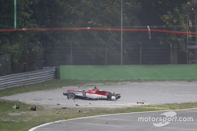 Lance Stroll, Prema Powerteam Dallara Mercedes-Benz crashed di gravel
