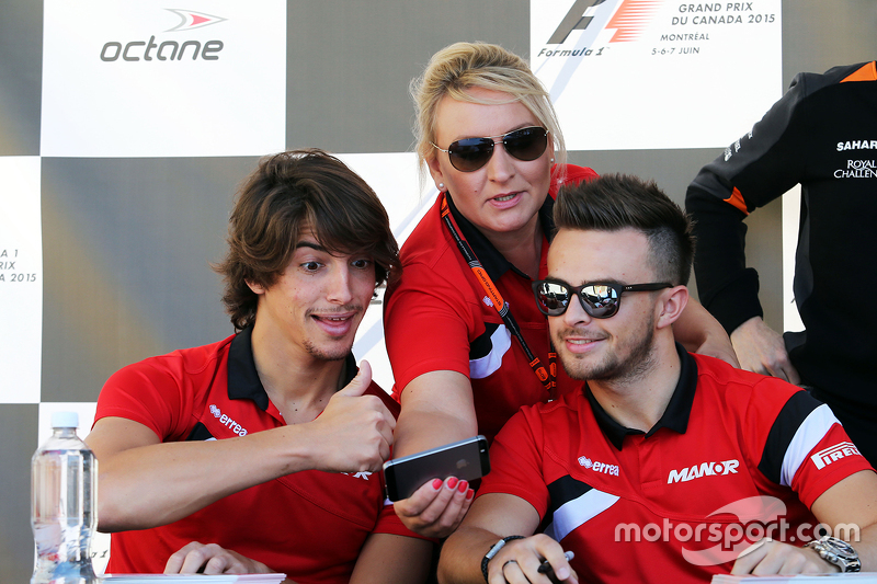 Roberto Merhi, Manor F1 Team, mit Tracy Novak, Manor F1 Team, Pressevertreter, und Will Stevens, Manor F1 Team