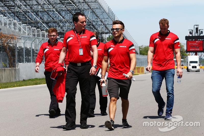 Will Stevens, Manor F1 Team, beim Trackwalk mit Gianluca Pisanello, Manor F1 Team, Chefingenieur
