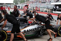 Nico Hülkenberg, Sahara Force India F1 VJM08, und Sergio Perez, Sahara Force India F1 VJM08, in der Box