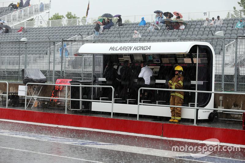 McLaren pit duvarı yağmur altında