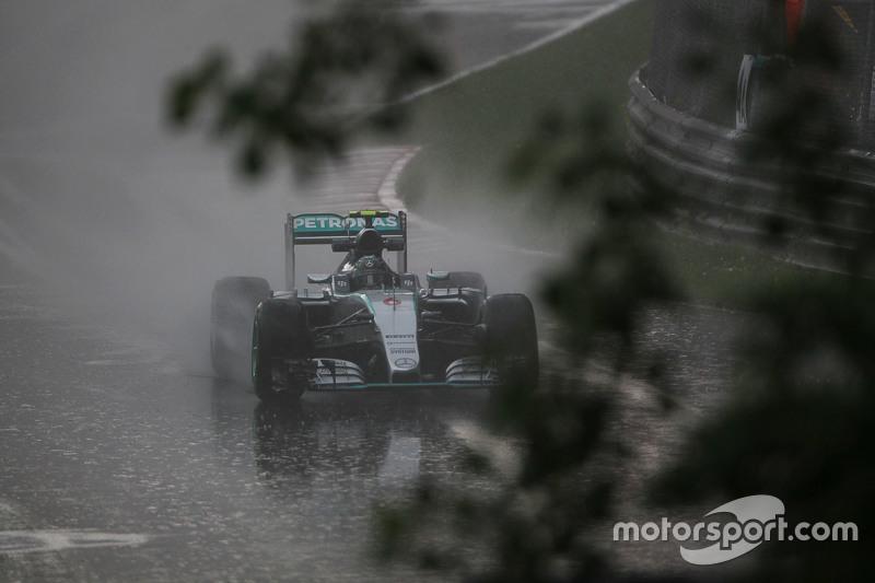 Nico Rosberg, Mercedes AMG F1 W06, fährt im zweiten Training im Regen hinaus