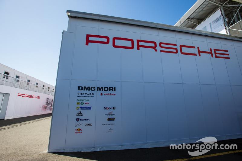 Porsche Team, Bereich im Fahrerlager mit Transporter und Schriftzug