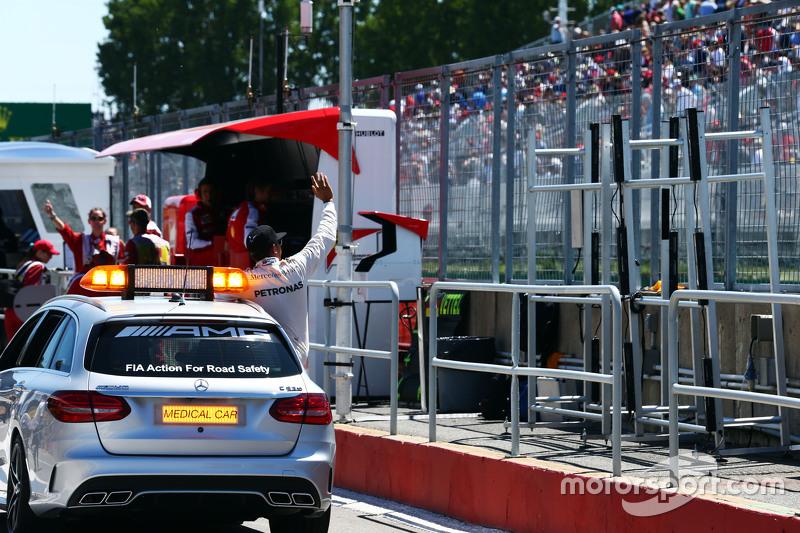 Lewis Hamilton, Mercedes AMG F1 celebra pole position no FIA Medical Car