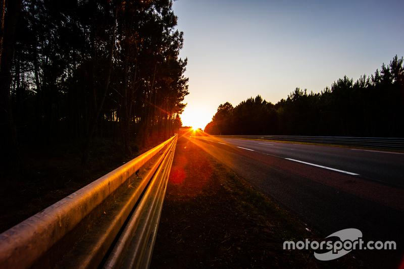 Suasana trek 24 Hours of Le Mans saat matahari terbenam