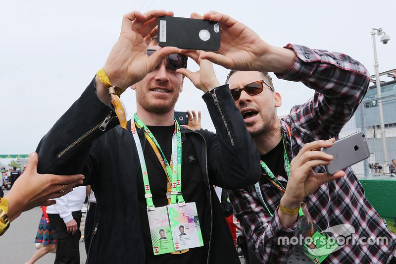 Майкл Фассбендер, Актор, з Брайн Сінгер, Film Director,на стартовій решітці