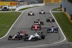 Гонщик Scuderia Toro Rosso Карлос Сайнс-мл. и гонщик Williams F1 Фелипе Масса