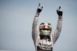 Победитель гонки - Льюис Хэмилтон, Mercedes AMG F1 празднует в закрытом парке