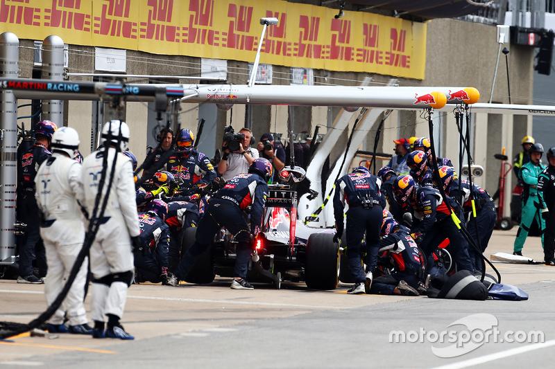 Daniel Ricciardo, Red Bull Racing RB11, beim Boxenstopp