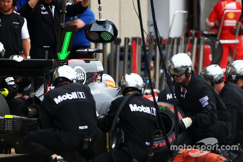 Fernando Alonso, McLaren MP4-30, beim Boxenstopp