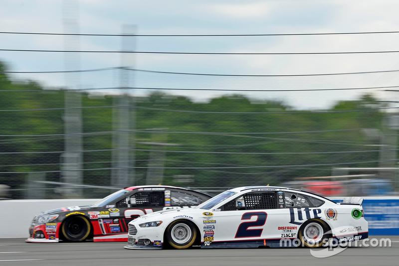 Brad Keselowski, Team Penske Ford y Ryan Newman, Richard Childress Racing Chevrolet