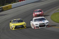 Jamie McMurray, Chip Ganassi Racing, Chevrolet, und Matt Kenseth, Joe Gibbs Racing, Toyota