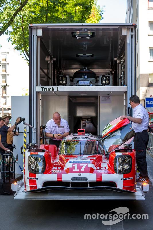#17 Porsche Team, Porsche 919 Hybrid beim Beladen des Transporters