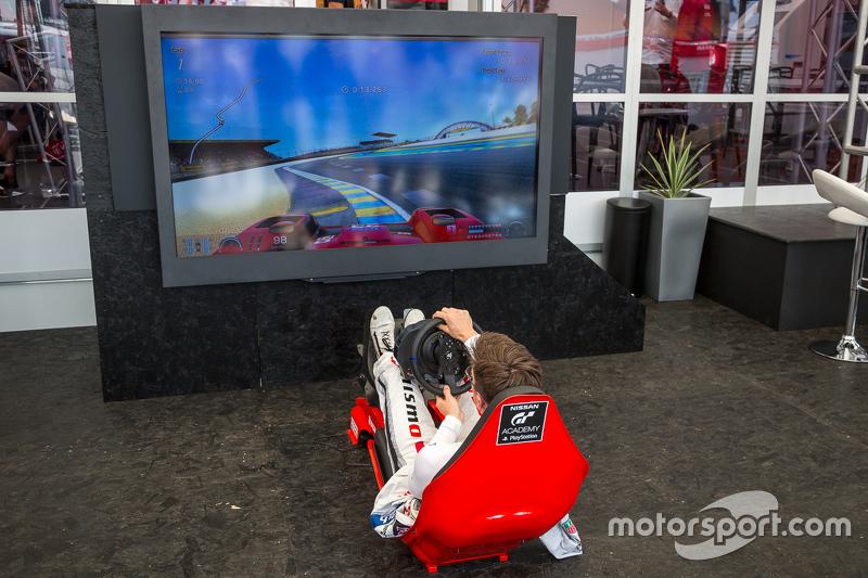 Nissan Motorsports: Алекс Банкомб та Playstation