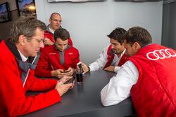 Audi Sport Team Joest: Lucas di Grassi, Oliver Jarvis, Loic Duval dengan Chris Reinke dan Ralf Jüttner
