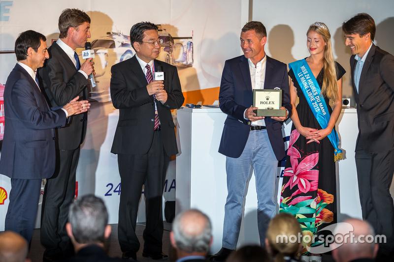 ACO-Präsident Pierre Fillon, Yoshiaki Kinoshita, Sieger von Spirit of Le Mans, und Grand Marshal Tom Kristensen
