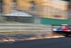 Искры летят из под машины #21 Nissan Motorsports Nissan GT-R LM NISMO: Цугио Мацуда, Лукас Ордонес, Марк Шульжицкий