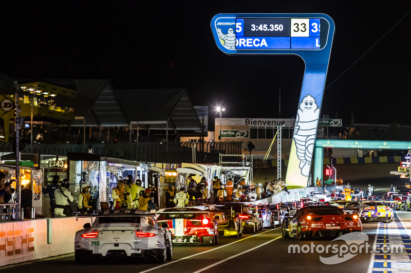 Cars head to track after a red прапор interruption