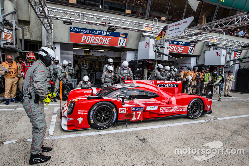 Pit stop for #17 Porsche Team Porsche 919 Hybrid: Timo Bernhard, Mark Webber, Brendon Hartley
