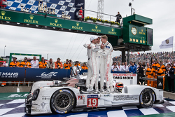 Parc Fermé: 1. #19 Porsche Team, Porsche 919 Hybrid: Nico Hülkenberg, Nick Tandy und Earl Bamber feiern