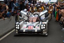 Победители 24 часов Ле-Мана 2015 года #19 Porsche Team Porsche 919 Hybrid: Нико Хюлькенберг, Ник Тэнди, Эрл Бамбер