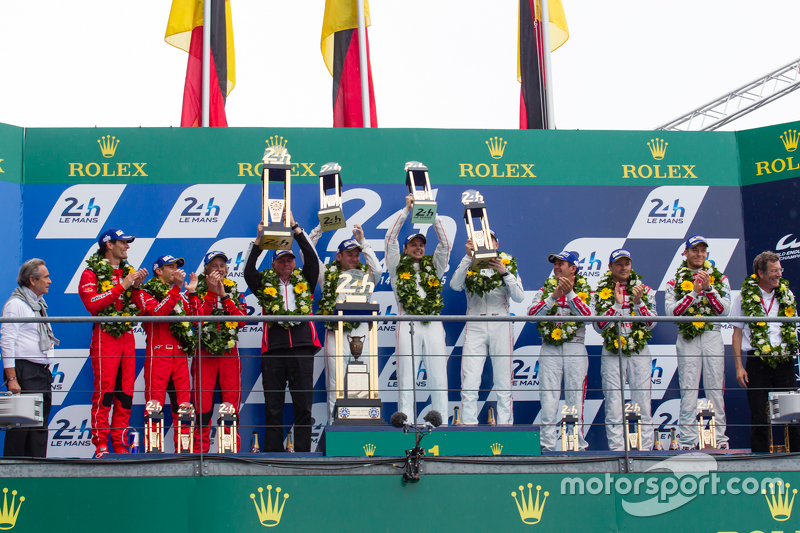 LMP1-Podium: Klassen- und Gesamtsieger, Porsche Team: Nico Hülkenberg, Nick Tandy, Earl Bamber; 2. Porsche Team: Timo Bernhard, Mark Webber, Brendon Hartley; 3. Audi Sport Team Joest, Audi R18 e-tron quattro: Marcel Fässler, André Lotterer