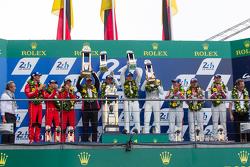 Подиум класса LMP1: победители в классе и общем зачете - Porsche Team: Нико Хюлькенберг, Ник Тэнди, Эрл Бамбер, второе место - Porsche Team: Тимо Бернхард, Марк Уэббер, Брендон Хартли, треье место - Audi Sport Team Joest Audi R18 e-tron quattro: Марсель Ф