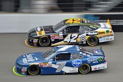 Regan Smith, JR Motorsports, Chevrolet, und Kyle Larson, HSCott Motorsports, Chevrolet