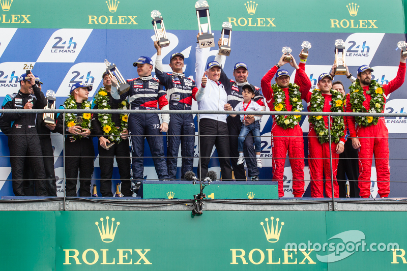 Подиум класса LMGT Am: победители #72 SMP Racing Ferrari 458 GTE: Андреа Бертолини, Виктор Шайтар, Алексей Басов с владельцем команды SMP - Борисом Ротенбергом, второе место - #77 Dempsey Proton Competition Porsche 911 RSR: Патрик Демпси, Патрик Лонг, Ма